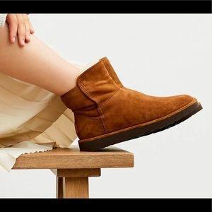 NWT, Box UGG W Abree Mini Boot
